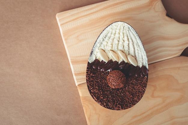 Gourmet easter egg con ripieno di brigadeiro per pasqua.