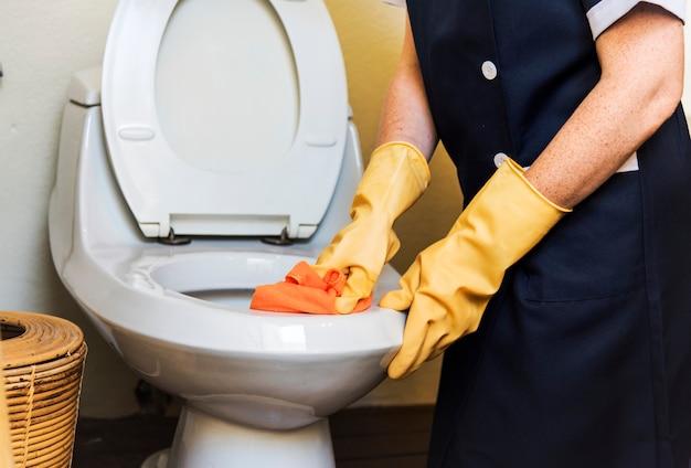 Governante che pulisce una stanza d'albergo