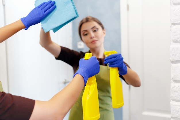 Governante pulizia di una stanza d'albergo