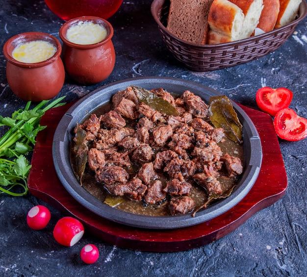 Govurma di carne caucasica con erbe e pomodori