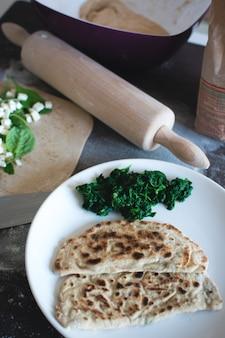 Gozleme turco casalingo integrale con spinaci e formaggio feta