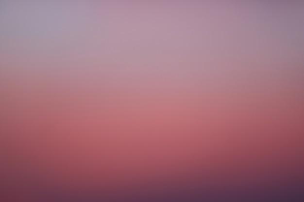 Gradazione di colore magenta e viola del cielo dell'alba in tailandia
