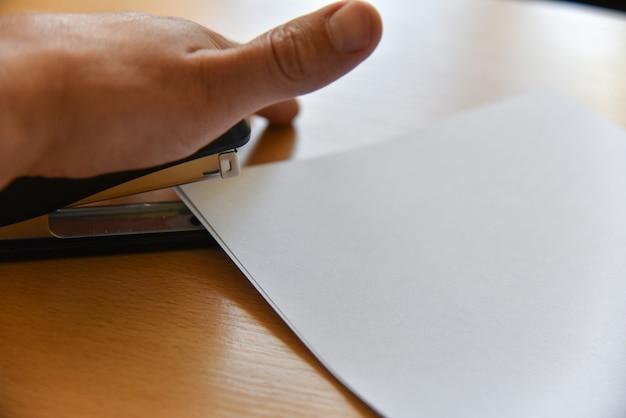 Graffette della mano sulla scrivania
