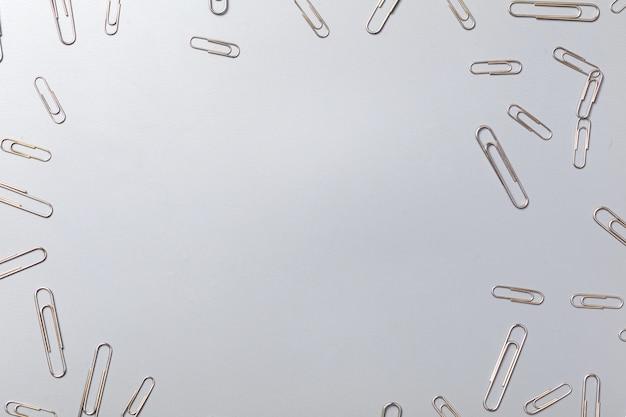 Graffette e carta del metallo su fondo di carta