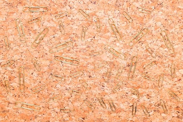 Graffette sulla scrivania in legno