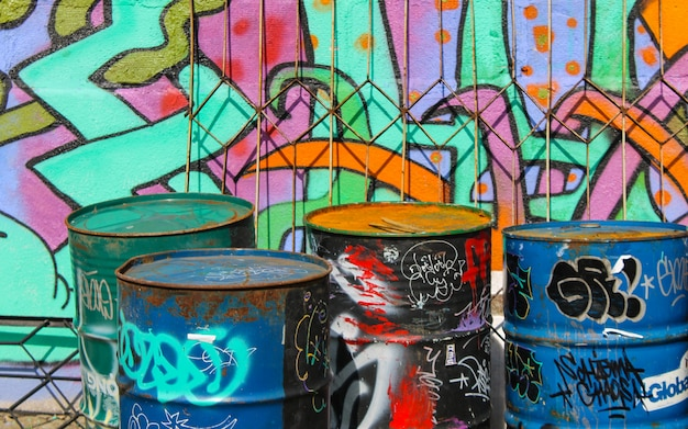 Graffiti di arte di strada dipinti a parete colorata. paesaggio industriale.