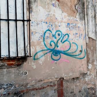 Graffiti su un muro in rovina, zona 1, città del guatemala, guatemala