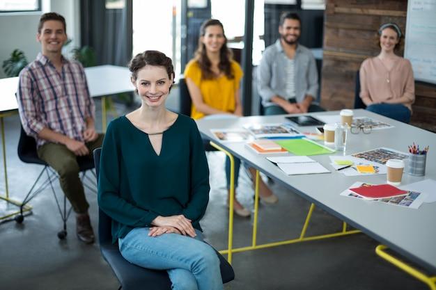Grafici sorridenti che si siedono nell'ufficio