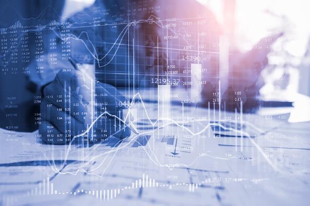 Grafico del mercato azionario o dei forex e grafico a candele adatti al concetto di investimento finanziario.