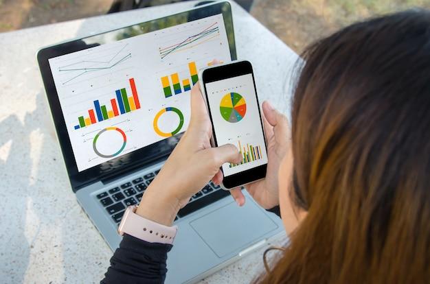 Grafico e laptop della donna