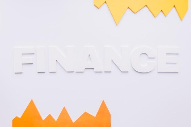 Grafico giallo e arancione con testo di finanza su priorità bassa bianca