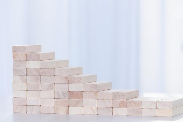 Grafico in calo da blocchi di legno. concetto finanziario. copia spazio.