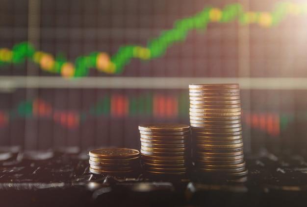 Grafico su file di monete per finanza e banche