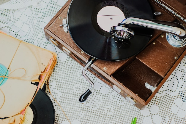 Grammofono con un disco in vinile sulla tovaglia a maglia