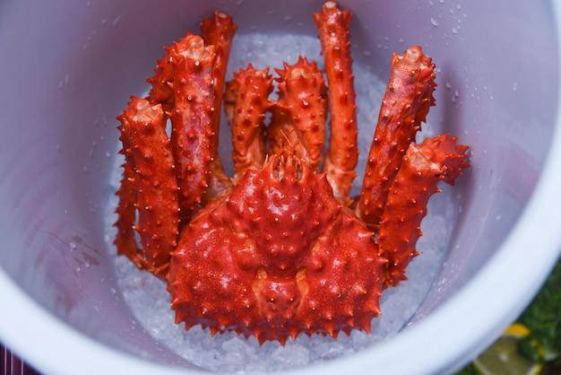 Granchio reale d'alasca sul granchio rosso hokkaido di vista superiore del secchiello del ghiaccio al mercato dei frutti di mare
