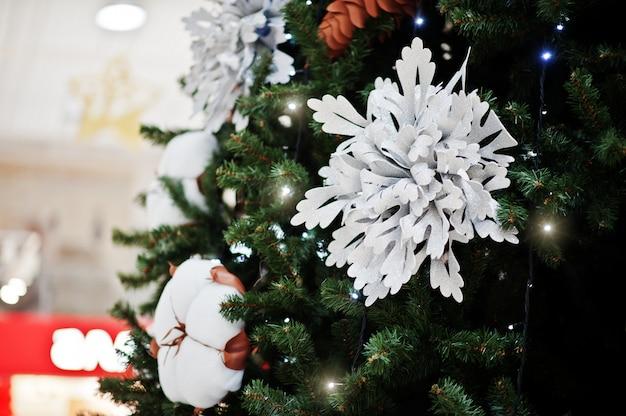 Grande albero con gli ornamenti nel centro commerciale
