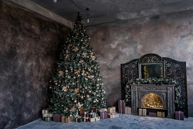 Grande albero di natale verde, decorazioni, ghirlande e caminetto vintage