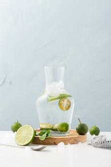 Grande barattolo d'acqua con limone