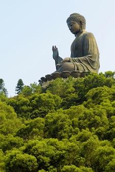 Grande buddha al monastero di po lin, isola di lantau, hong kong.