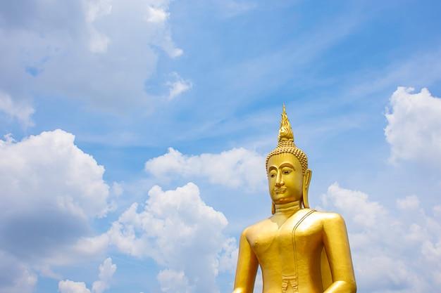 Grande buddha dorato e cielo e nuvole a wat bang chak in nonthaburi, tailandia.
