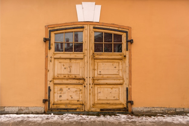 Grande cancello di legno al magazzino
