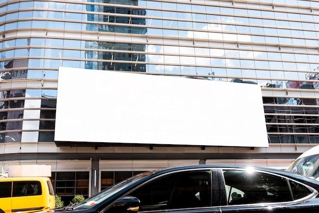 Grande cartellone mock-up su un edificio della città