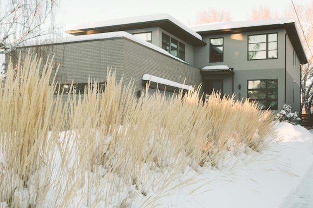 Grande casa di campagna in inverno