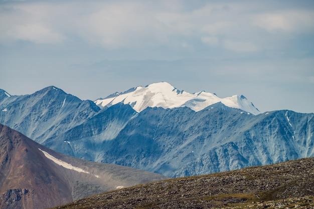 Grande catena montuosa e ghiacciaio