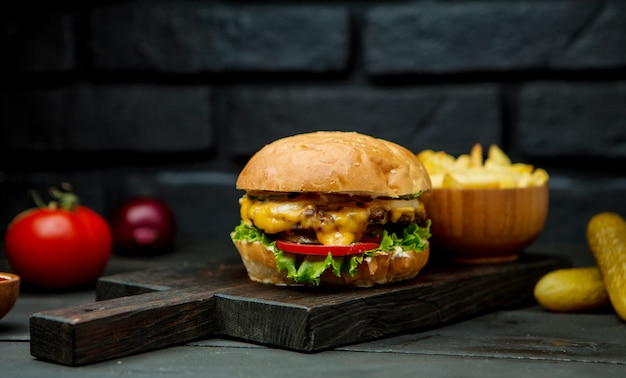 Grande cheeseburger e patatine fritte