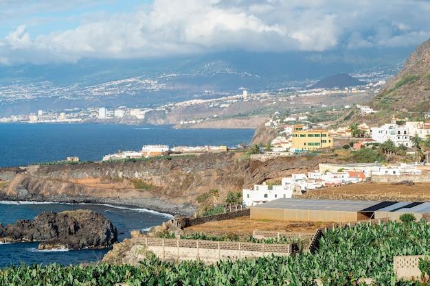 Grande città sul litorale dell'oceano