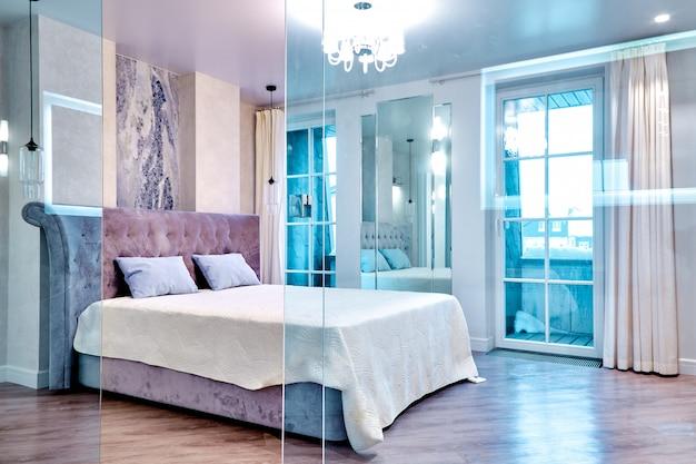 Grande comodo letto matrimoniale in elegante camera da letto di lusso