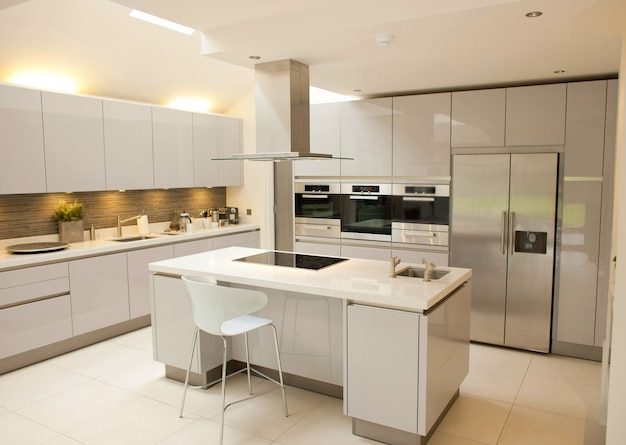 Grande cucina interna su bianco
