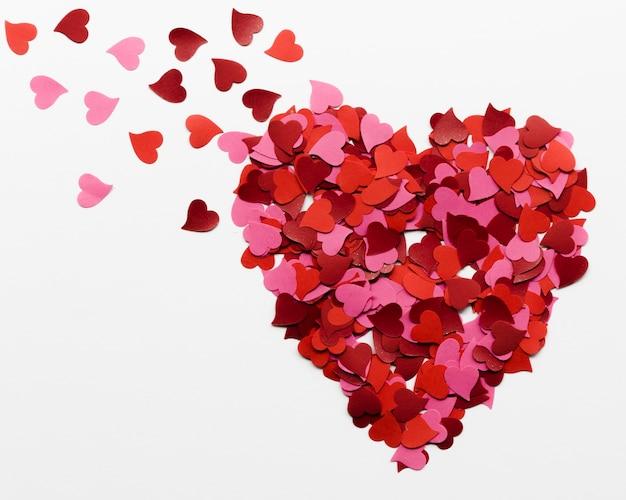 Grande cuore fatto di raccolta di piccoli cuori di carta