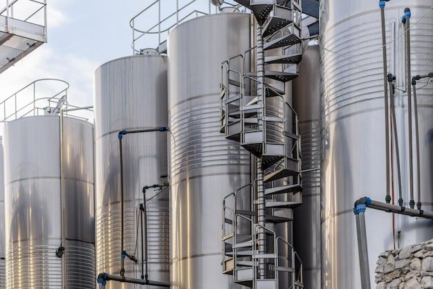 Grande fabbrica di vino in metallo