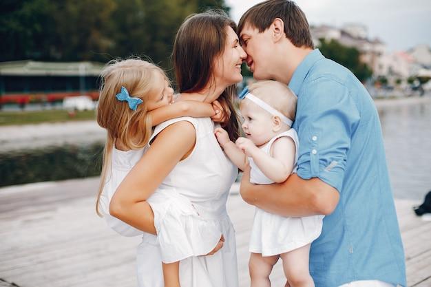 Grande famiglia vicino al lago