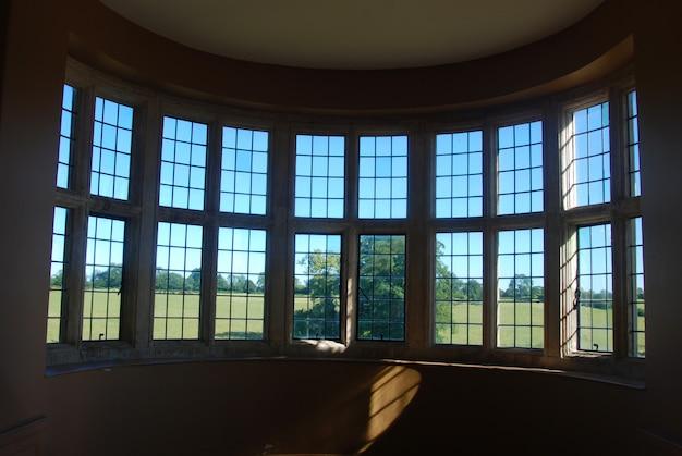 Grande finestra rotonda della vecchia casa con una bella luce del sole.