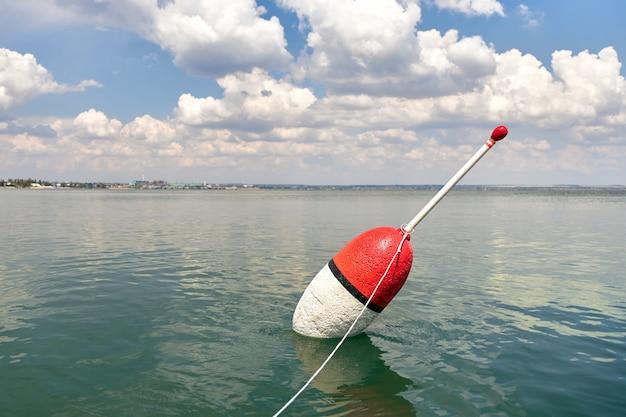 Grande galleggiante su una superficie calma del mare