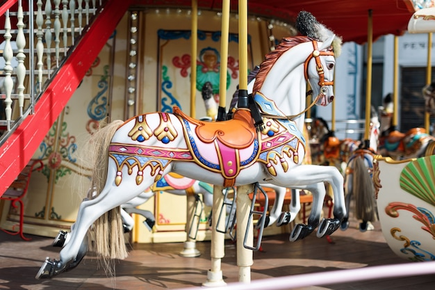 Grande giostra con cavalli in fiera