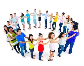 Grande gruppo di persone che stanno concetto di lavoro di squadra del cerchio