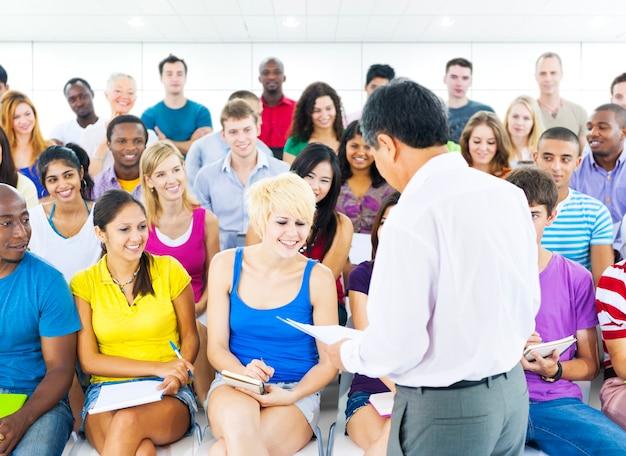 Grande gruppo di persone di diverse età e nazionalità