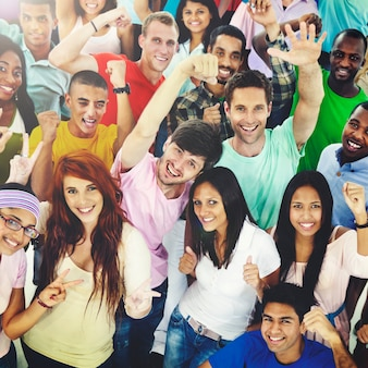 Grande gruppo di studenti diversi