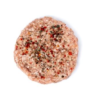 Grande hamburger di manzo fresco crudo isolato su fondo bianco
