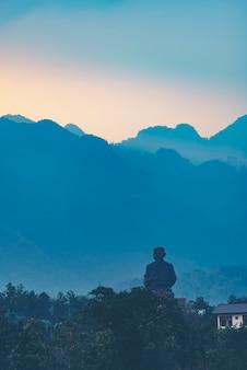 Grande immagine del buddha sulla montagna
