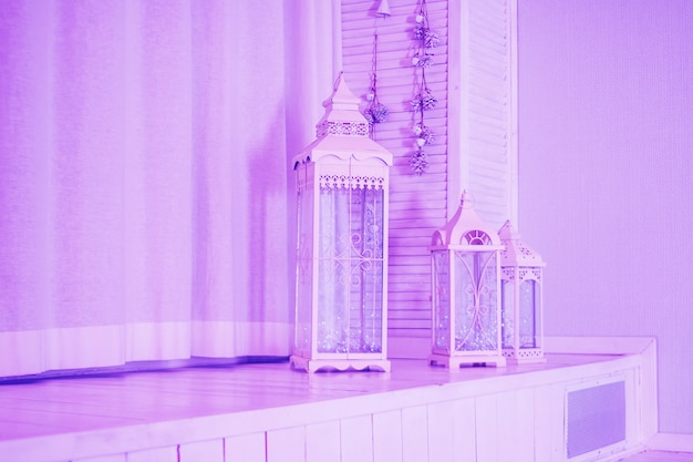 Grande lanterna di legno, gabbia per uccelli d'epoca e decorazioni da sposa rosa con garofano e fiori di eustoma.