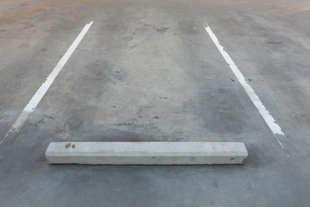Grande magazzino del parcheggio con lo spazio di scrittura della copia