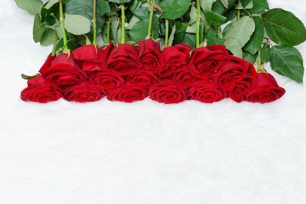 Grande mazzo di rose rosse su pelliccia bianca
