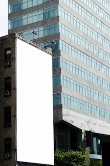 Grande modello di cartellone su edificio in città