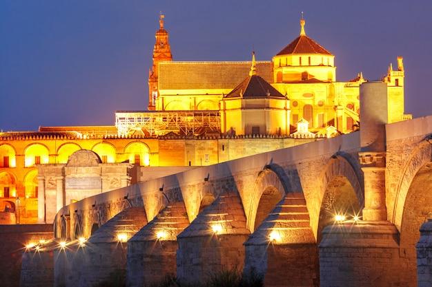 Grande moschea illuminata mezquita, cordova, spagna