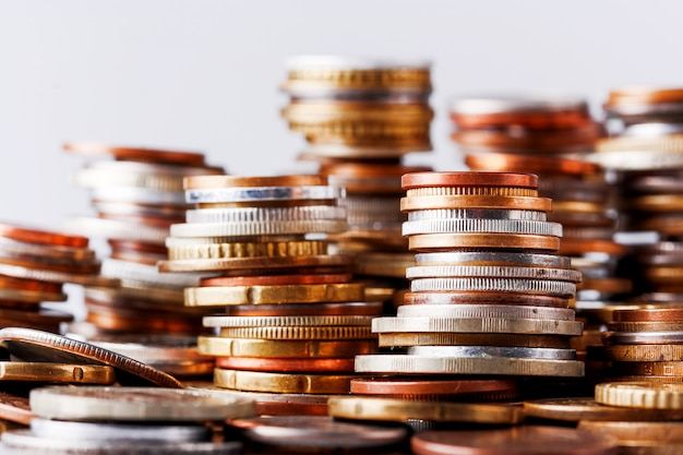 Grande mucchio di colonne di monete diverse.