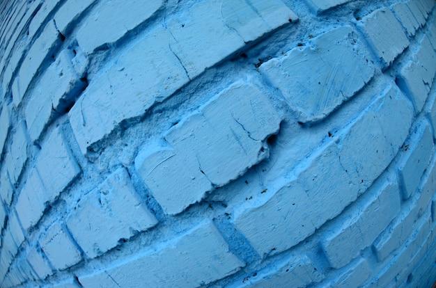 Grande muro di mattoni, dipinto in blu. foto fisheye con distorsione pronunciata